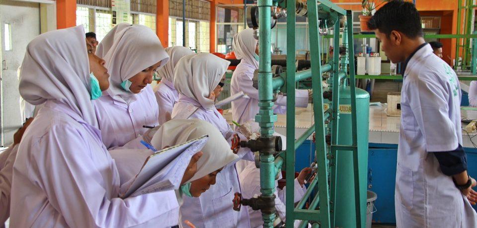 Pelajar SMKN 1 Koto Besar Dharmasraya Praktikum di Laboratorium Teknik Kimia Universitas Bung Hatta